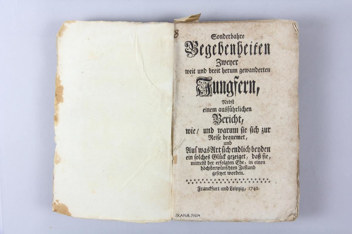 """Bok, häftad, """"Sonderbahre Begebenheiten zwener weit und breit herum gewanderten Jungstern"""", tryckt 1742 i Frankfurt och Leipzig. Pärm av marmorerat papper, oskuret snitt. Blekt rygg med pappersetikett med volymens namn, svårläst, och samlingsnummer."""