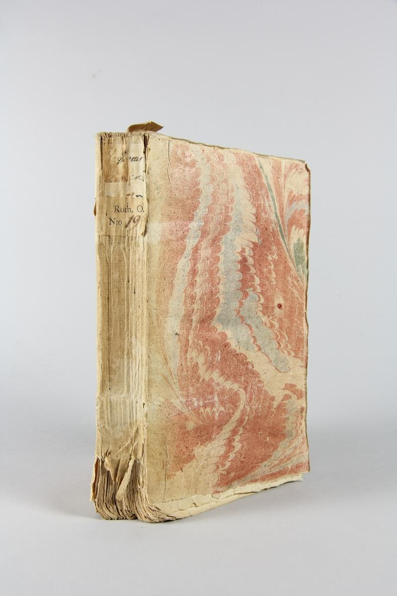 """Bok, häftad, """"Les avantures d´un illustre prince"""",tryckt 1732 i Paris. Pärm av marmorerat papper, oskuret snitt. Blekt rygg med pappersetikett med volymens namn och samlingsnummer. Anteckning om inköp på pärmens insida."""