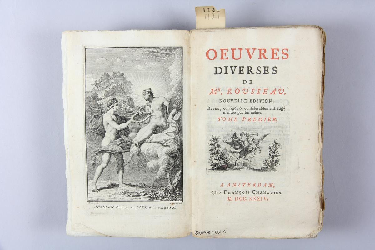 """Bok, häftad, """"Oeuvres diverses de Mr. Rousseau"""", del 1, tryckt 1734 i Amsterdam. Pärm av marmorerat papper, oskuret snitt. Blekt rygg med pappersetikett med volymens namn och samlingsnummer. Anteckning om inköp."""