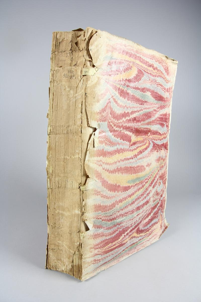 """Bok, häftad """"Le grand dictionnaire géographique et critique"""" del 1, A. Pärmar av marmorerat papper, blekt och skadad rygg. Oskuret snitt. Samlingsnummer. Anteckning om inköp."""