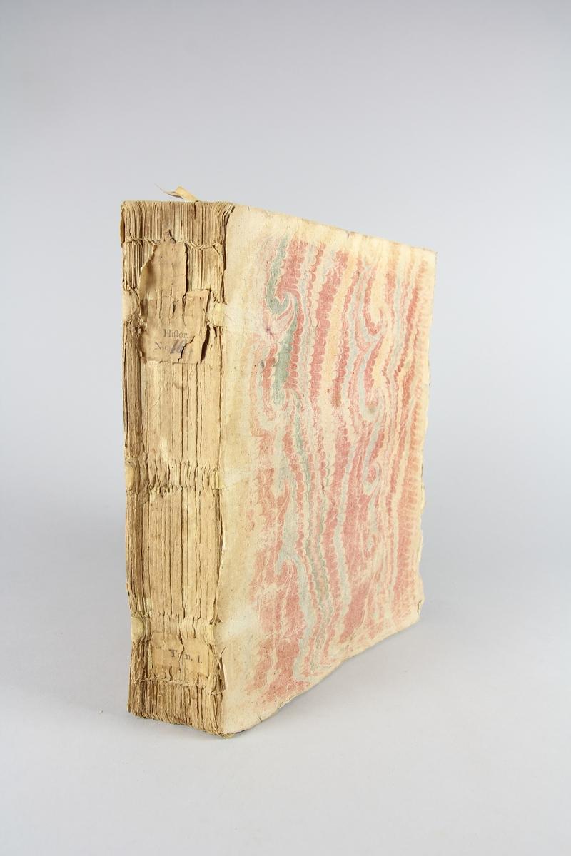 """Bok, häftad,""""Histoire universelle"""", del 1. Pärmar av marmorerat papper, oskuret snitt. Blekt och skadad rygg med etikett med titel och samlingsnummer. Anteckning om inköp."""
