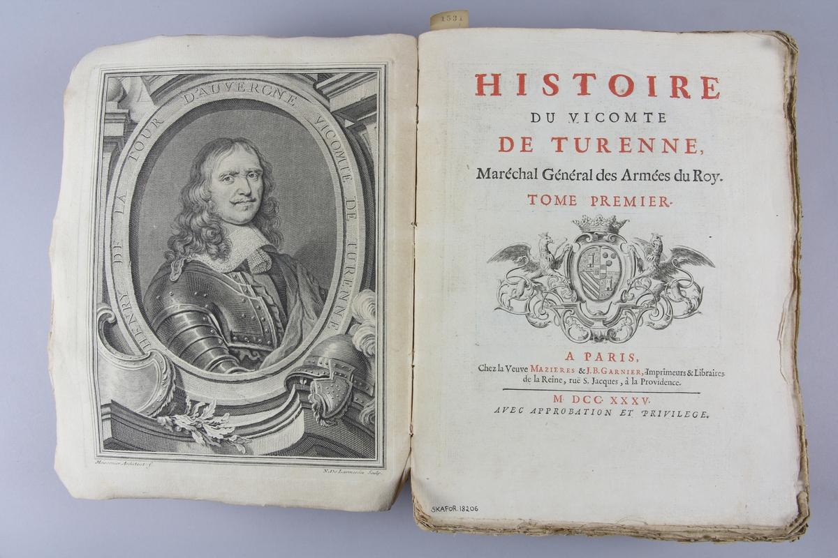 """Bok, häftad """"Histoire du vicomte de Turenne"""" del 1. Pärmar av marmorerat papper, skadad rygg. Oskuret snitt."""