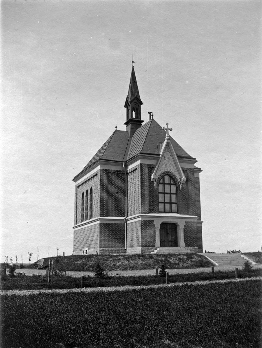 Nya Gravkapellet.Uppfört 1900. Arkitekt E. Hahr.)