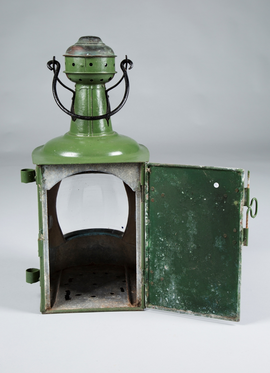 Styrbord sidelandterne i jern og glass. Tradisjonell. Brukt som navigeringslys for skip.  Tilstand: God.