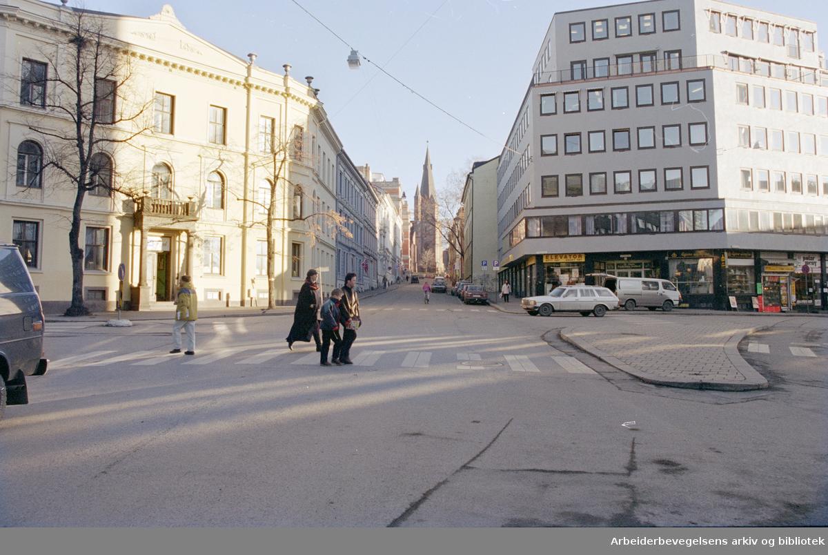 St. Olavs plass med St.Olavs gate opp mot St. Olavs kirke. 25. november 1994