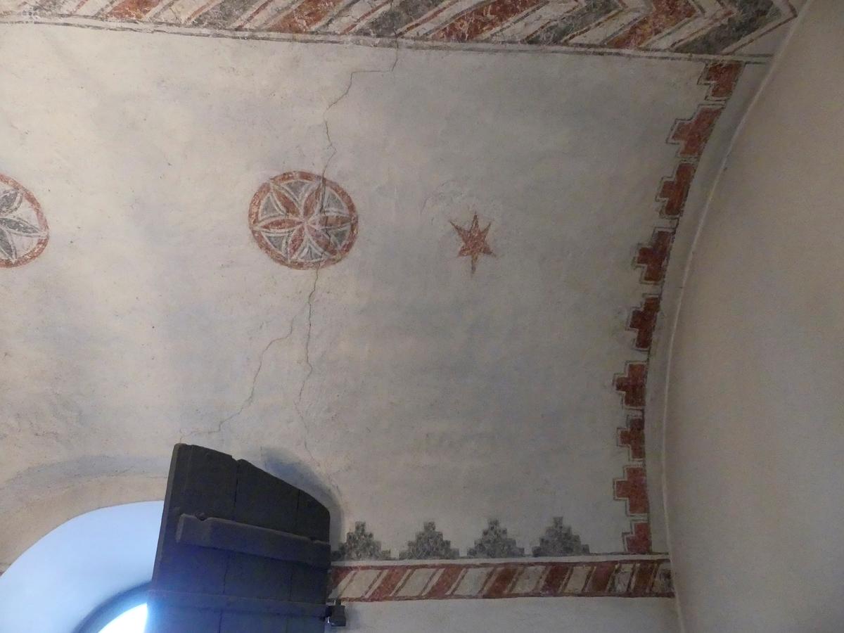 Arkeologisk schaktningsövervakning, östra delen av sakristians valv med sprickor och sekundära lagningar i måleriet, Lena kyrka, Lena socken 2018