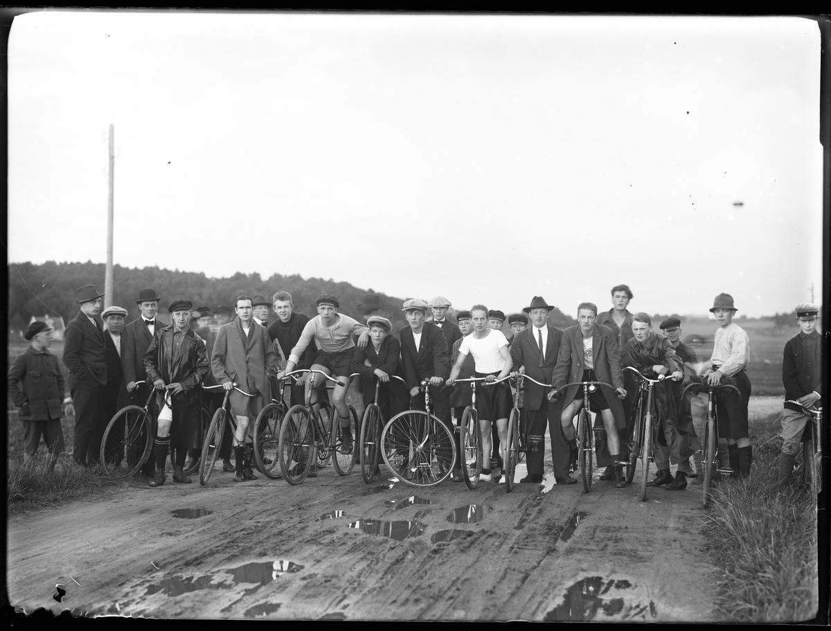 Deltagarna i Alingsås-mästerskapet på cykel. Loppet var 1 mil.