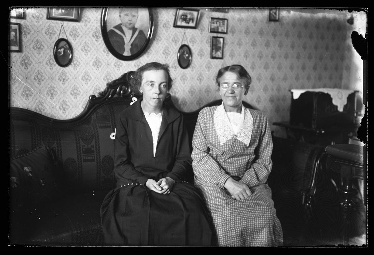 Tekla Svensson och Beda Karlsson sitter i soffan i Teklas hem.