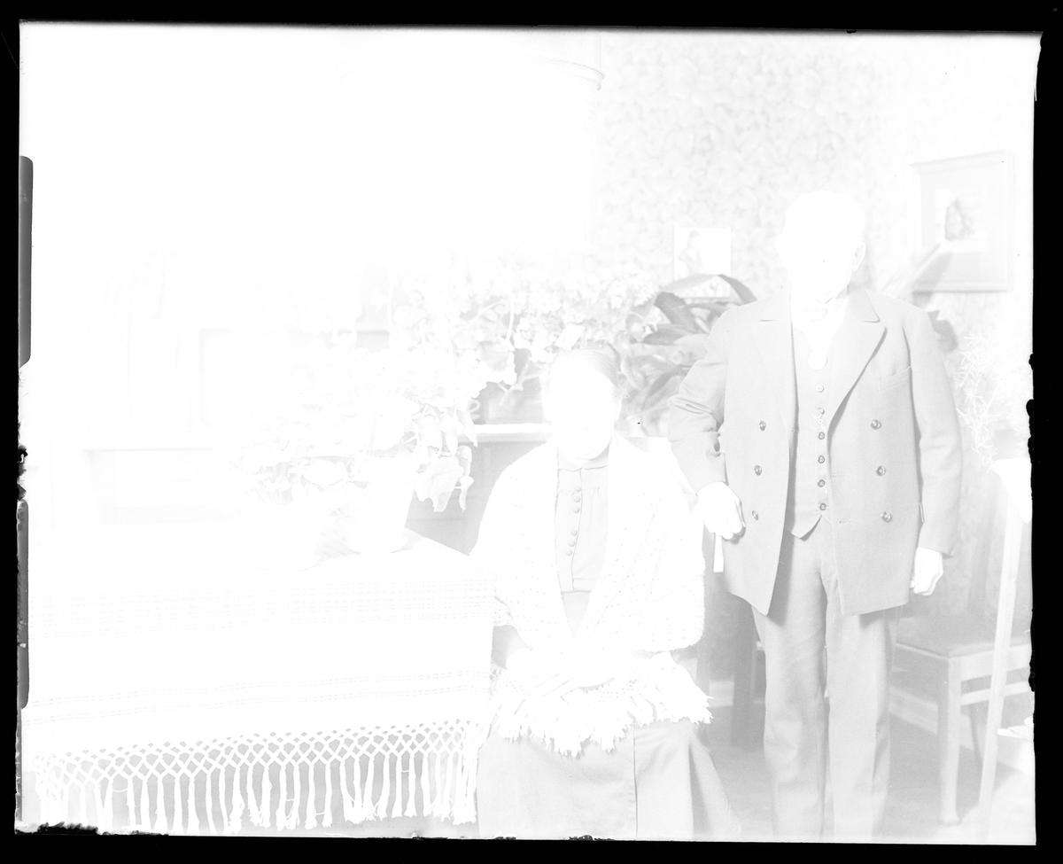 Överexponerad bild av herr och fru Göransson i samband med hans 70årsdag. Tolkat som bryggeriarbetare Gustaf Göransson och Gustafva (f. Lundgren).