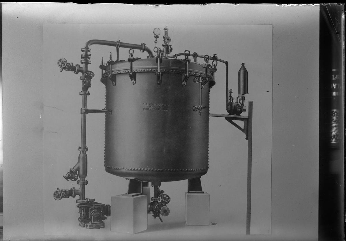 """Reprofotogrfi av bild på en maskin med texten """"C.A. GRUSCHWITZ AKT. - GES. OLBERSDORF i SAGS."""". I fotografens egna anteckningar står det """"Rep. för Väfveriet"""""""