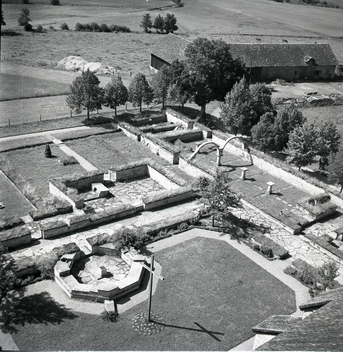 Varnhems klosterträdgård med stenmurar och stenlagda gångar 1949.