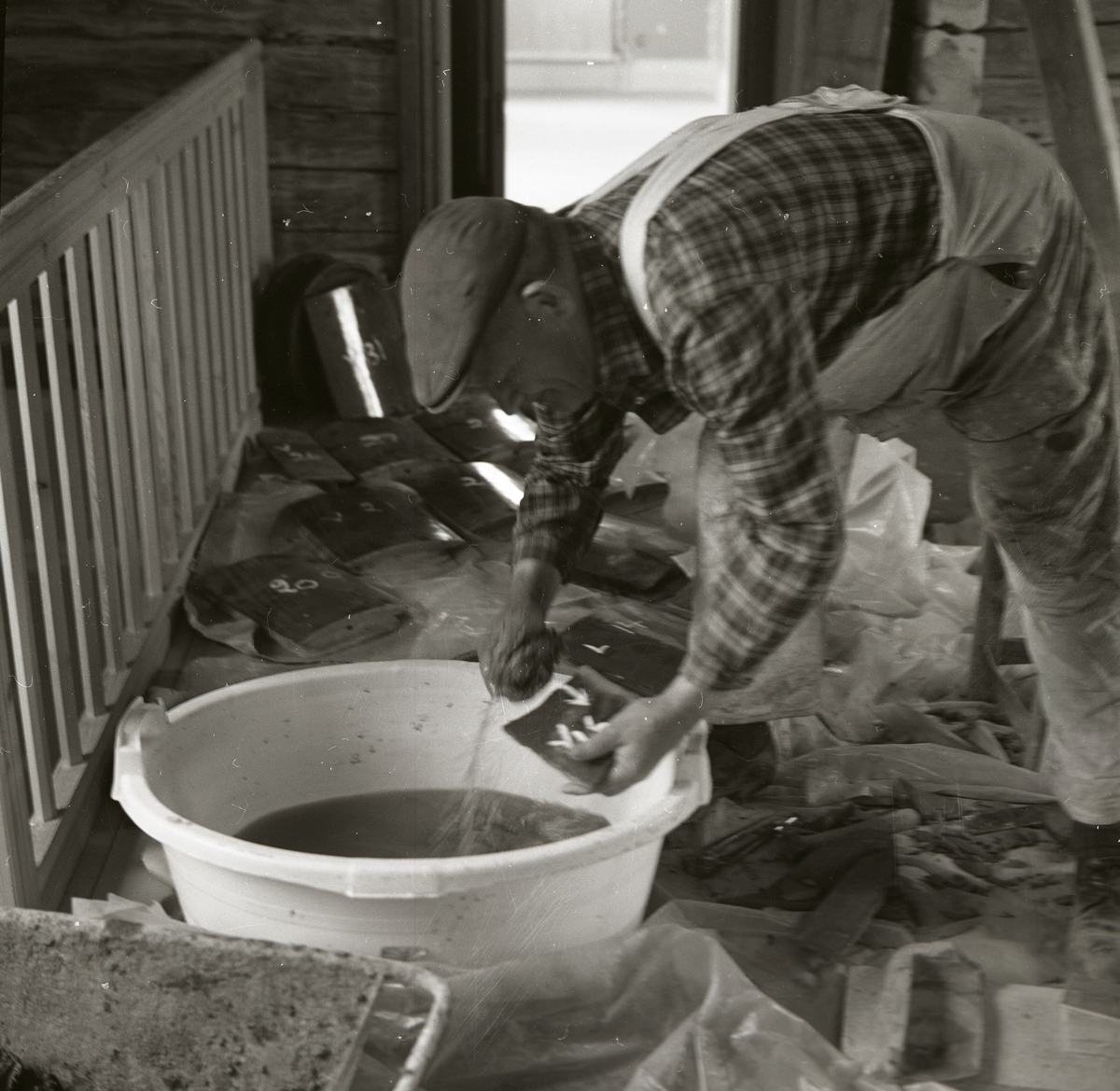 En man tillverkar murburk i en balja, 1968.