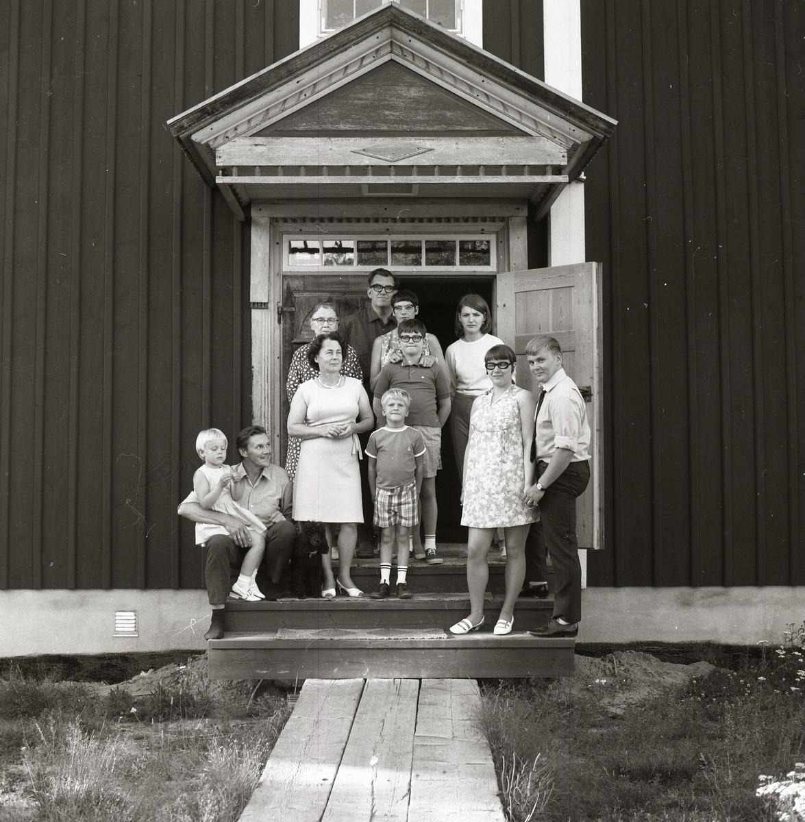 Familjefotografi på trappan till huset på gården Sunnanåker, sommaren 1969.
