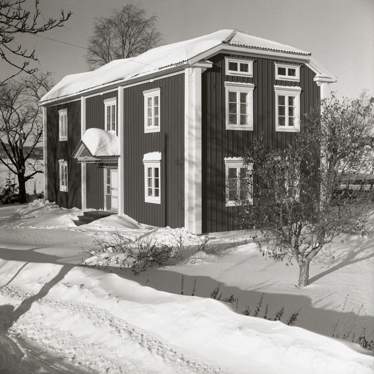 Bostadshuset vid gården Sunnanåker i vinterskrud, 1967-68.