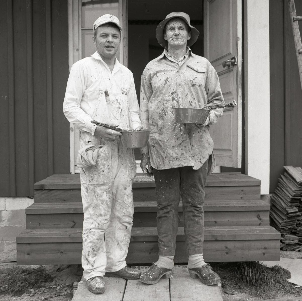 Två män står framför en trappa efter att ha utfört stänkmålning vid gården Sunnanåker, 1967-68.