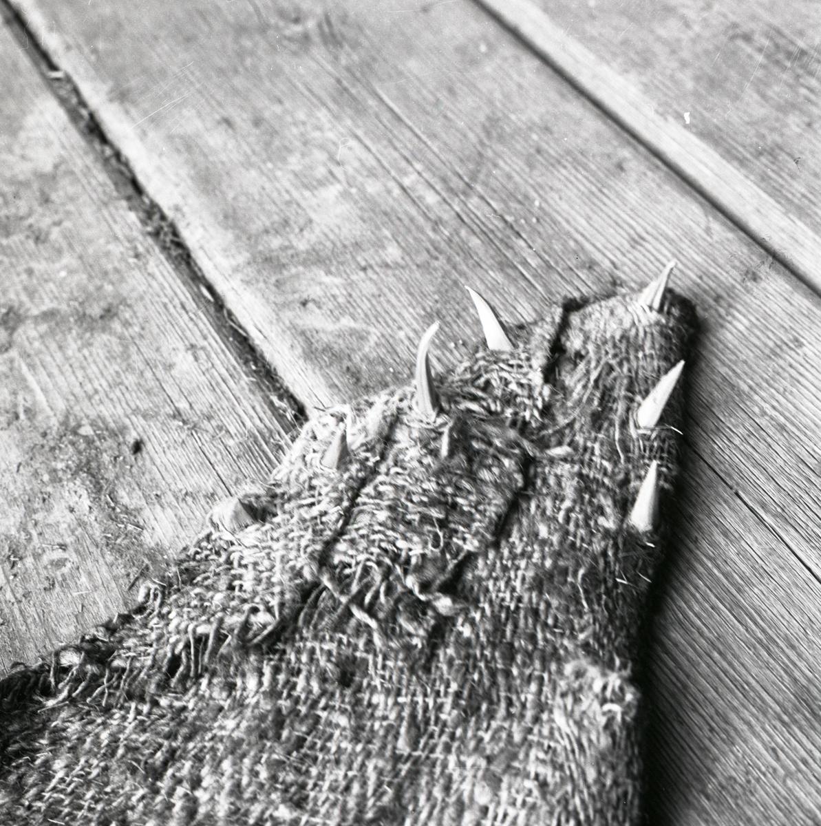 En tygbit med taggar.