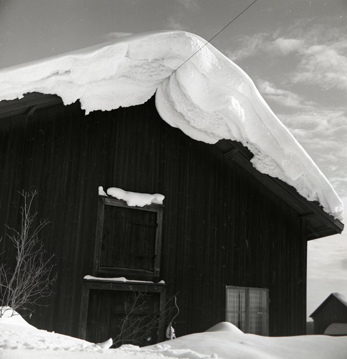 Snöhäng på taket till ett vagnslider, januari 1967.