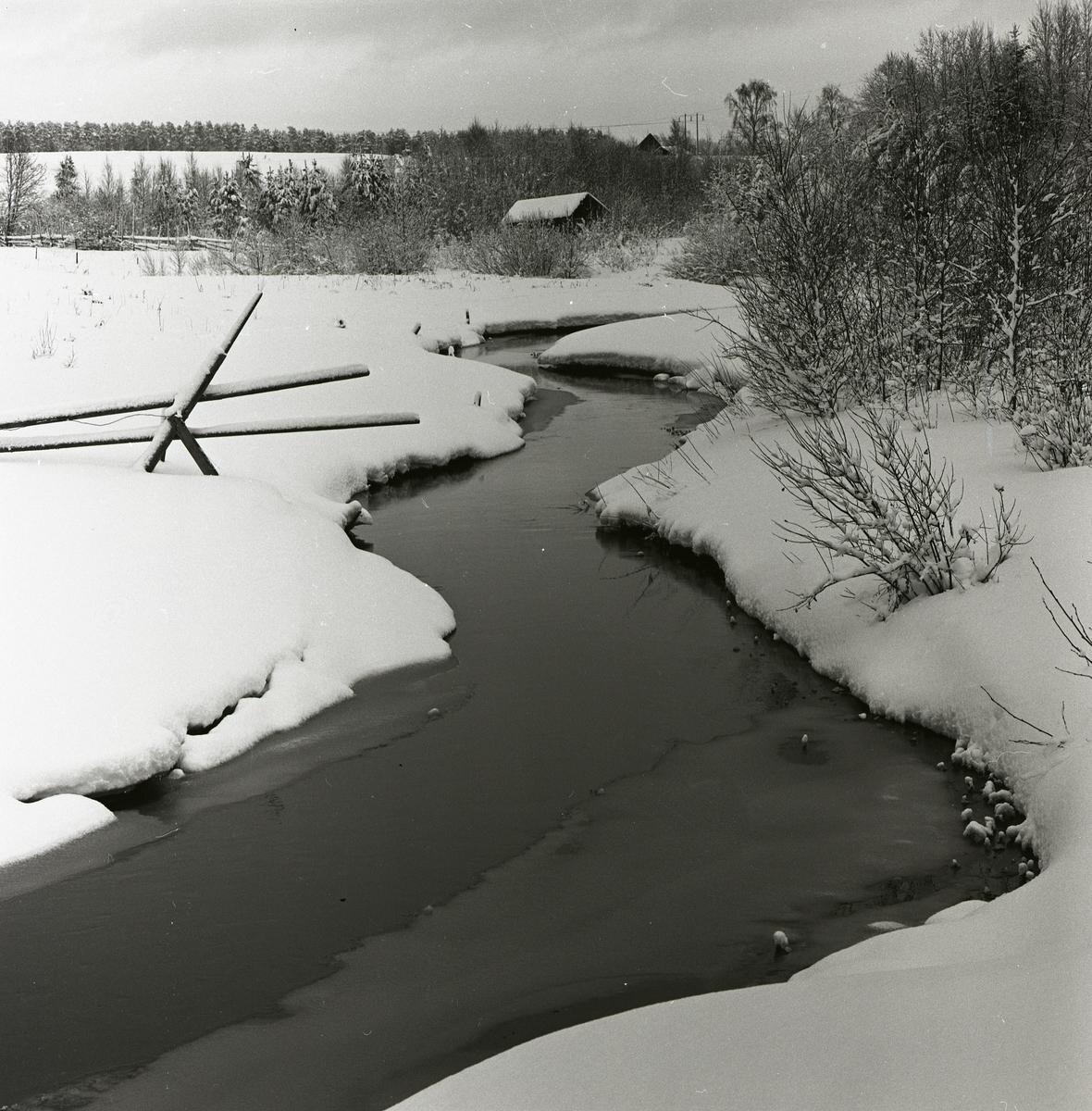 Ett vattendrag i snölandskap vid Hägnanbron, januari 1961.