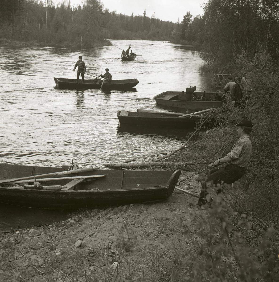 Några män med båtar i Dövelströmmen vid Svågan, 1965.