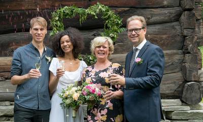 Tidenes bryllup på Norsk Folkemuseum, to brudepar og konfetti