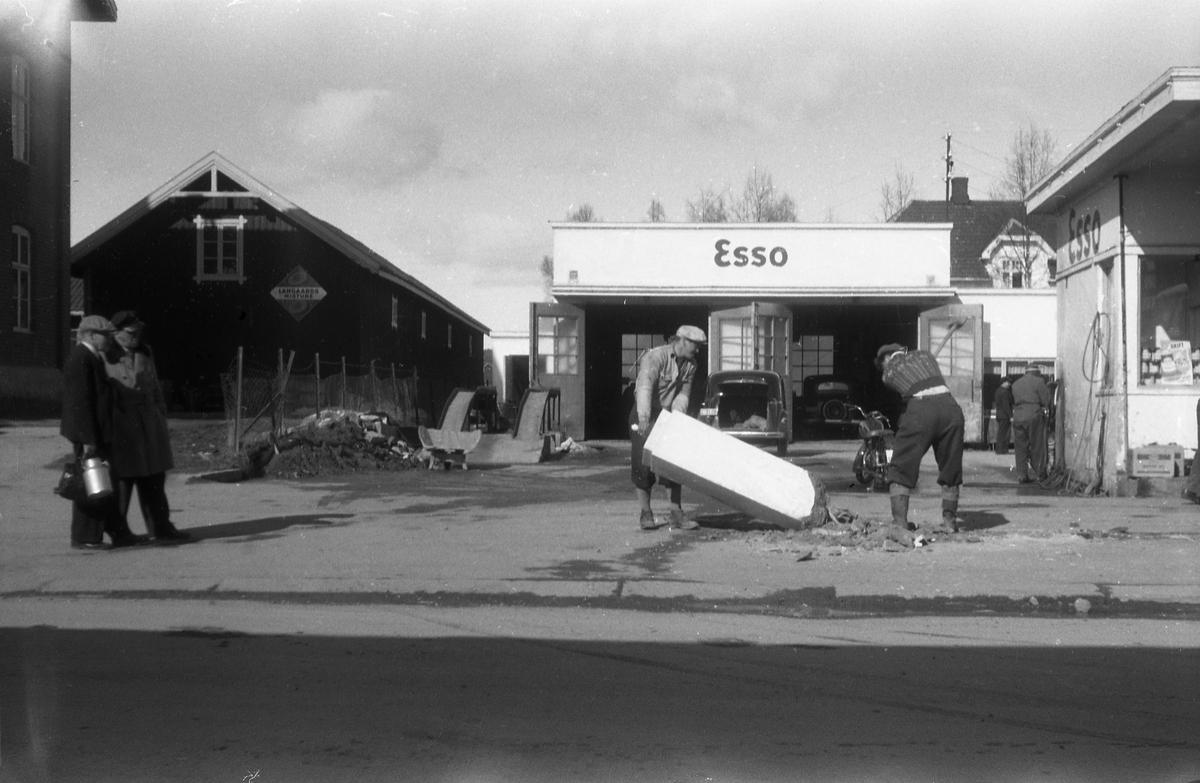 Fem bilder fra byggearbeider ved Esso på Lena april 1954. Ingen av personene på bildene er identifisert. På det femte bildet ser en iflg. informant fronten på en Opel Olympia årsmodell 1950-52.