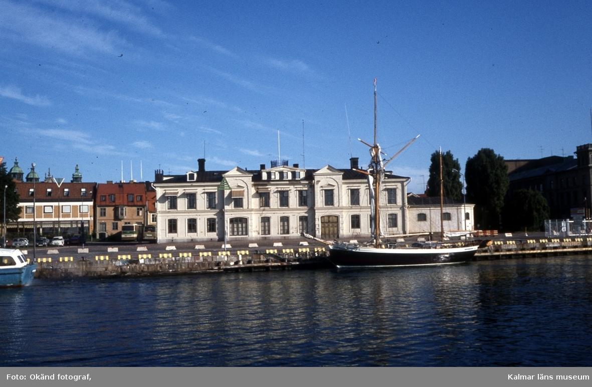 Fartyg vid Tullhamnen med Tullhuset i bakgrunden.