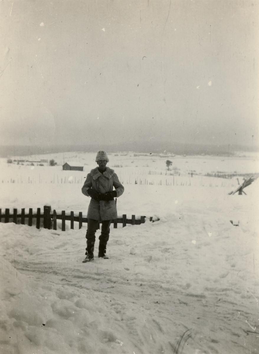 "Text i fotoalbum: ""Vinterövningarna vid Umeå 1916. Ego."""