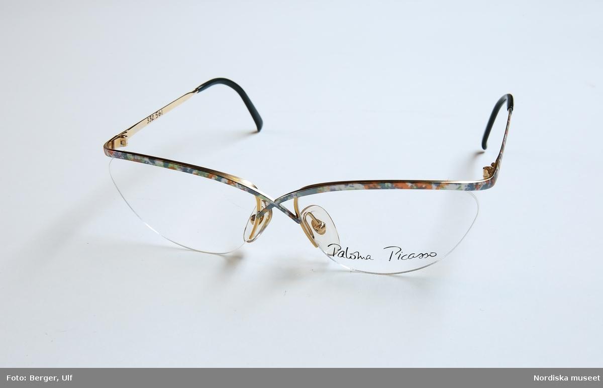 Ett par glasögon med plastlinser och metallbågar. Ovansidan av bågen i mönstrad  metall d2b26f2296bcf