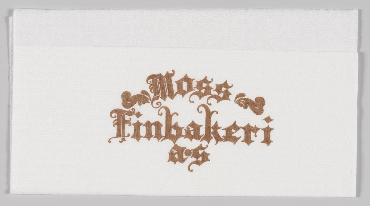 En reklametekst med gammeldagse bokstaver for Moss Finbakeri.  Moss Finbakeri åpnet i 1967 og er i dag et håndverksbakeri som bruker gamle oppskrifter og erfaringbaserte bake-tradisjoner.