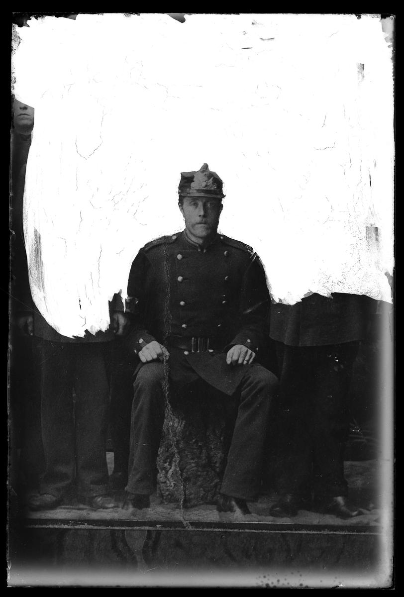 """Reprofotografi av en man i uniform. Bilden har frilagts. I fotografens anteckningar står det """"Rep. för Antonssons""""."""