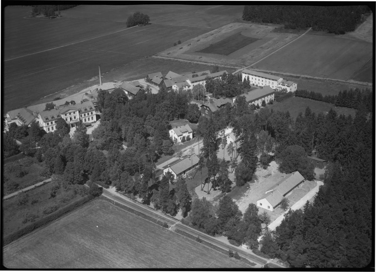 Flygfoto över Tärna Folkhögskola, Kumla kyrkby. Tagen 1959 av AB Flygtrafik Dals Långed.