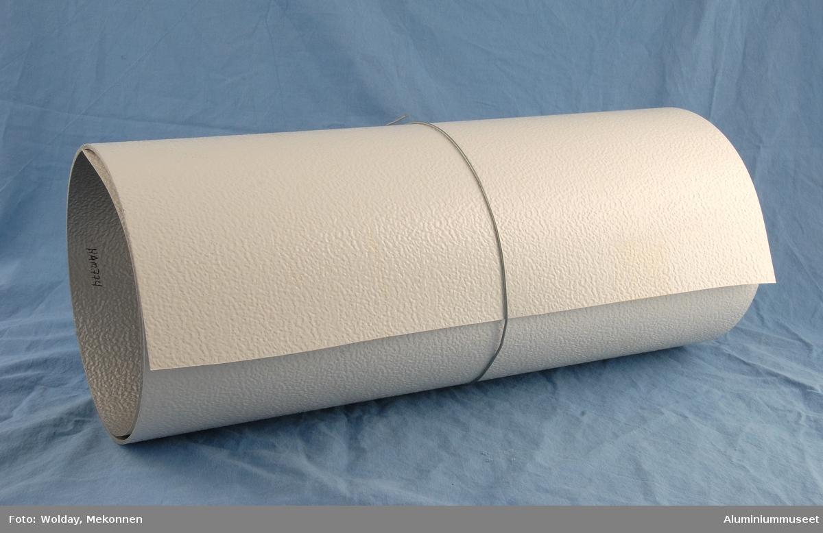 Aluminiumsplate på rull. Ujevn overflate.