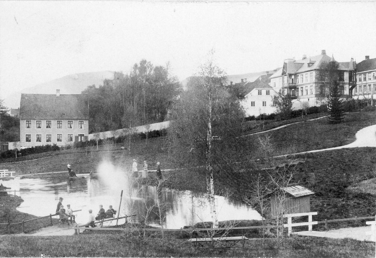 Repro, Lillehammer, Søndre park, mot Langesgate, husene er Størenhuset, og Astrup-gården (Lorangegården)