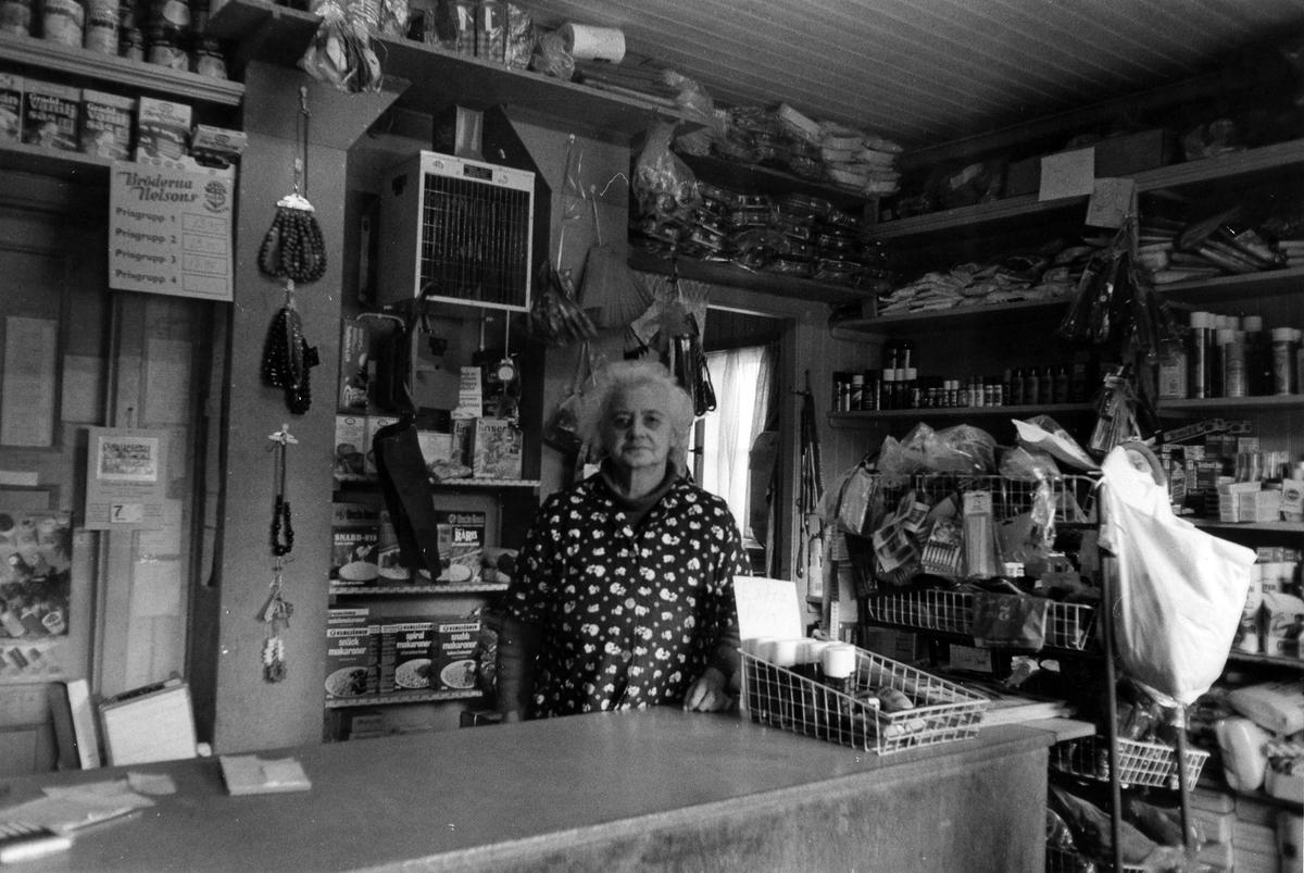 Bakom disken till Doris Kiosk och Speceriaffär står ägaren Doris.