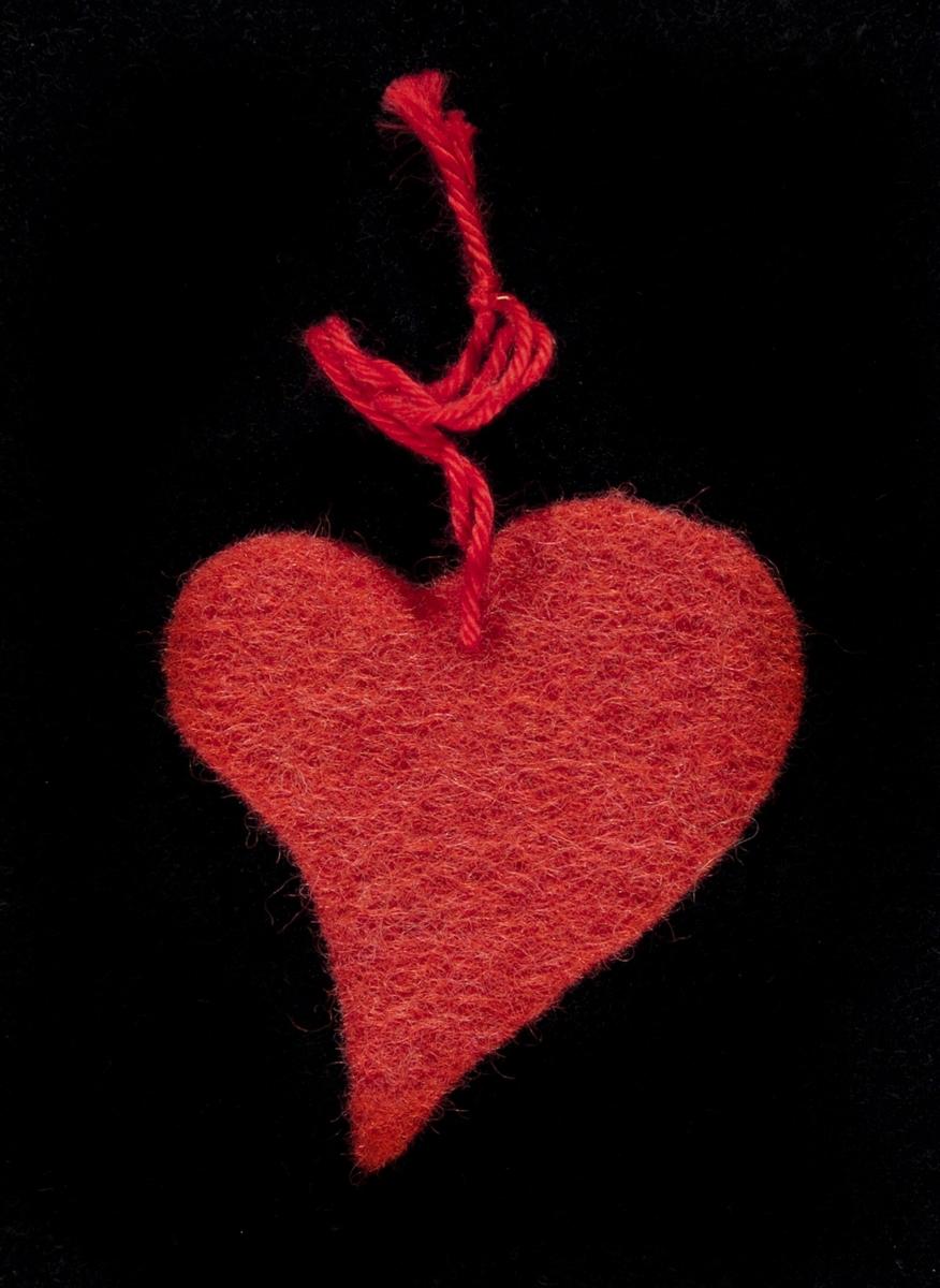 Filthjerte innsamlet etter terrorhandlingen 22. juli 2011 fra minnesmarkeringene i Lillestrøm.   Dette er et rødt filthjerte med en rød bomullstråd. Hjertet er skåret usymetrisk: Den ene halvdelen er større enn den andre. Likevel, det har en harmonisk form.