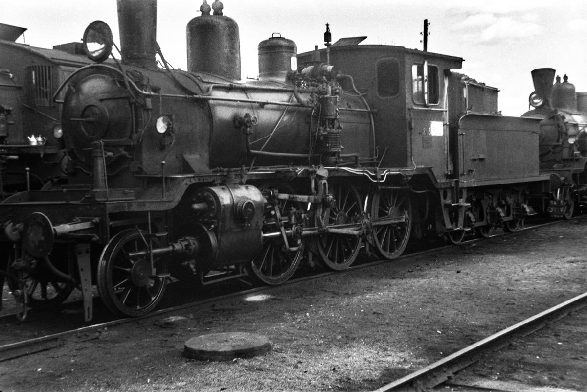 Damplokomotiv type 21b nr. 295 ved lokomotivstallen på Kongsvinger stasjon.