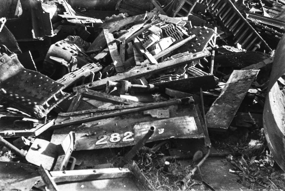Restene av opphugget damplokomotiv type 30a nr. 282 på Hamar stasjon.