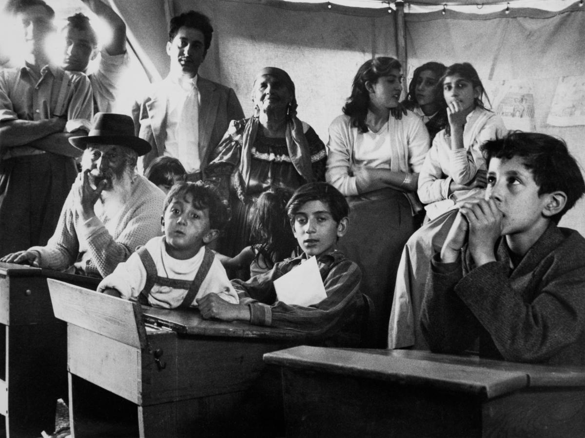 """Trots att Sverige haft skolplikt sedan 1842 har inte alla barn haft rätt att gå i skolan. Redan 1933 skrev Johan Dimitri Taikon till skolöverstyrelsen och bad om skolundervisning för romska barn. Först tio år senare blev han hörsammad, då han tillsammans med den frikyrkligt engagerade Otto Sundberg blev beviljad 1500 kronor för att starta en """"försöksskola"""". Denna verksamhet kom senare att drivas för Stiftelsen Svensk Zigenarmission, som drev sommarskola för romska elever under hela 1940- och 1950-talen. Både vuxna och barn gick då i skola. Först efter att alla romer fick bli bofasta år 1959 fick samtliga romska barn möjlighet att gå i skola året om."""