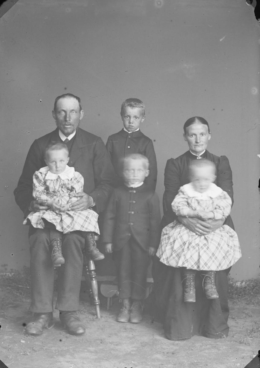 Familiebilde med foreldre, 2 døtre og 2 sønner.