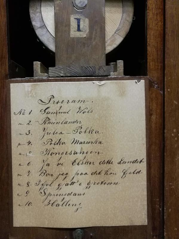 Programmet på en av rullene består av 10 «låter» skrevet med sirlig håndskrift. Foto: Ringve Musikkmuseum (Foto/Photo)