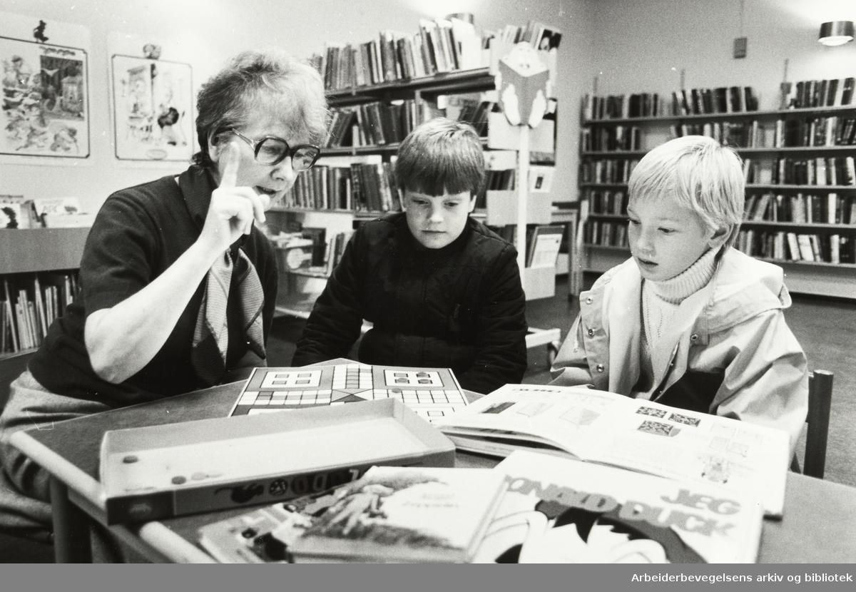 Deichmanske Bibliotek. Sagene filial. Bibliotekar Grethe Nordby og to boklånere. Fra v.: Geir Olafsen og Morten Skjerven. Oktober 1982