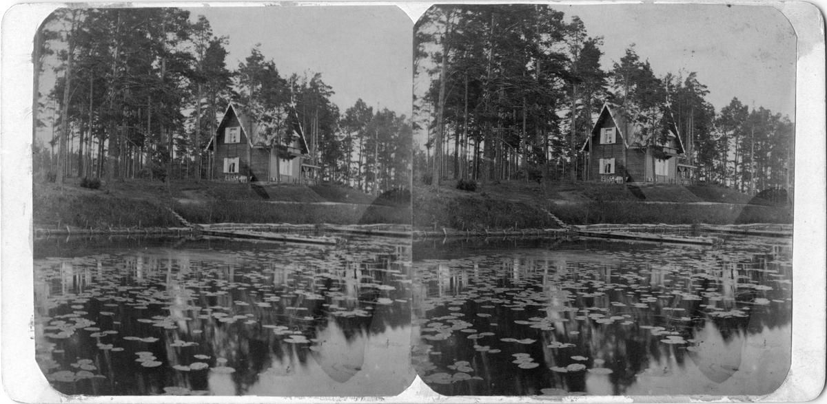Kapten O. Sundbergs villa 'Oskarshall' på Munksjöns östra strand i Jönköping. Marken var inköpt från Strömsbergs område och villan uppfördes 1888. Stugan blev sedan kaffestugan i Jönköpings Folkpark.