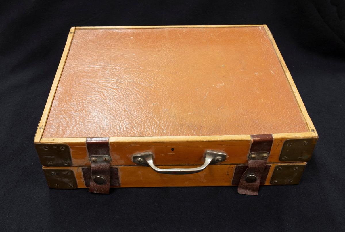 Hemmatillverkad låda med olika stämningsverktyg för pianostämning.