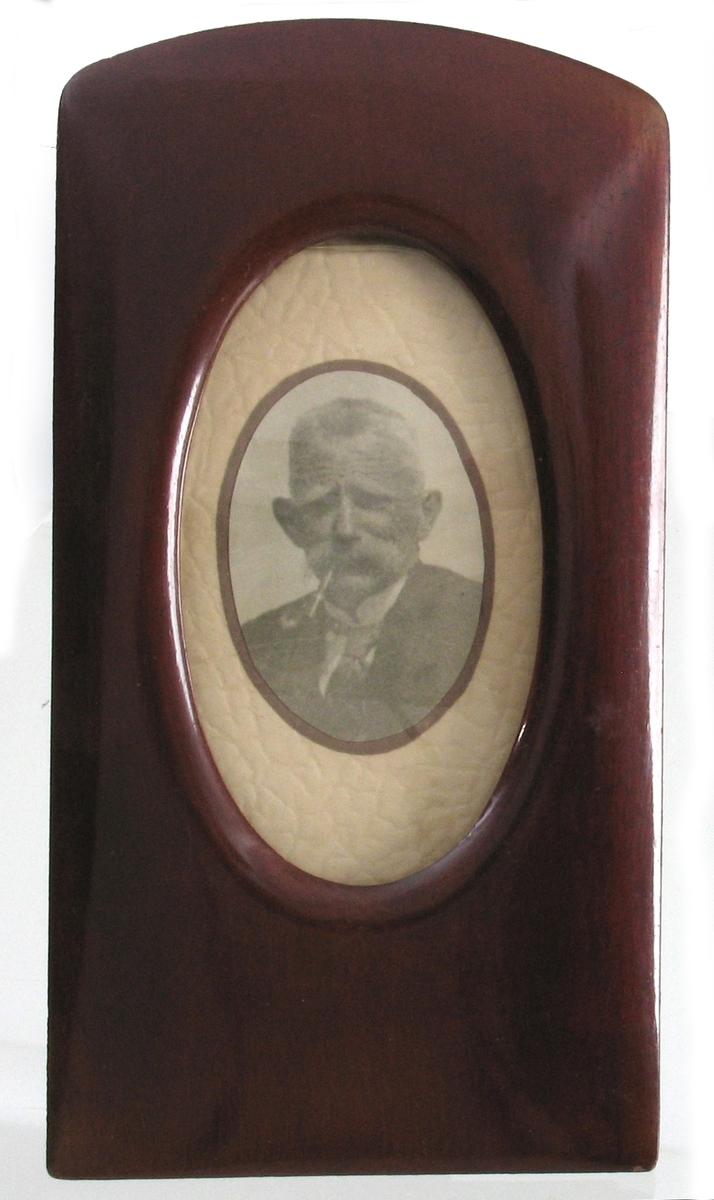 Portrett av Gunerius Andersen med pipa i munnen..