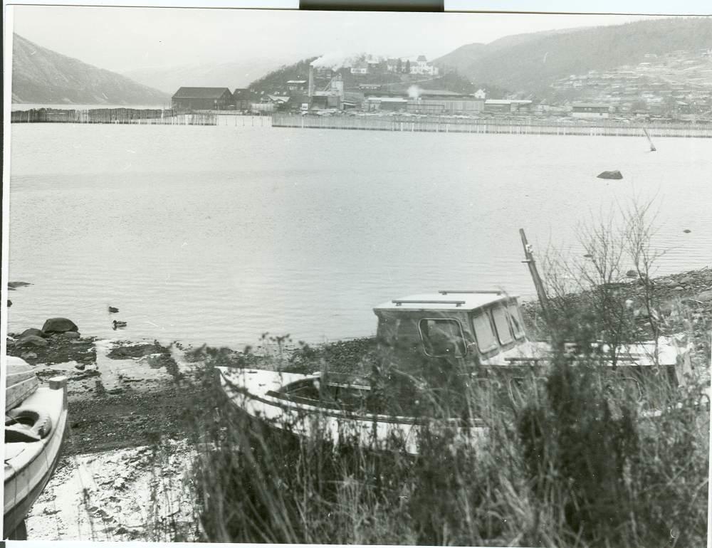 Vinterbilde med båter, fra Bausteinen mot Halsøy og gamle Nes Trelastbruk.