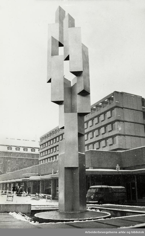 Drammensveien. Den 13 meter høye skulpturen av aluminium ble reist foran Indekshuset. 20. januar 1969