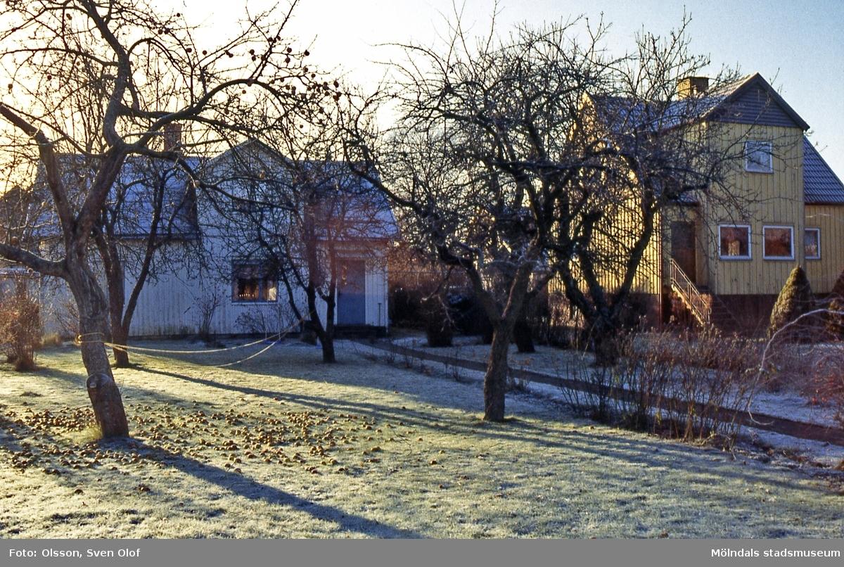 Solhemsgatan 10 (till vänster, byggt 1915) samt nr 12 på Solängen i Mölndal, år 1994. D 19:10.