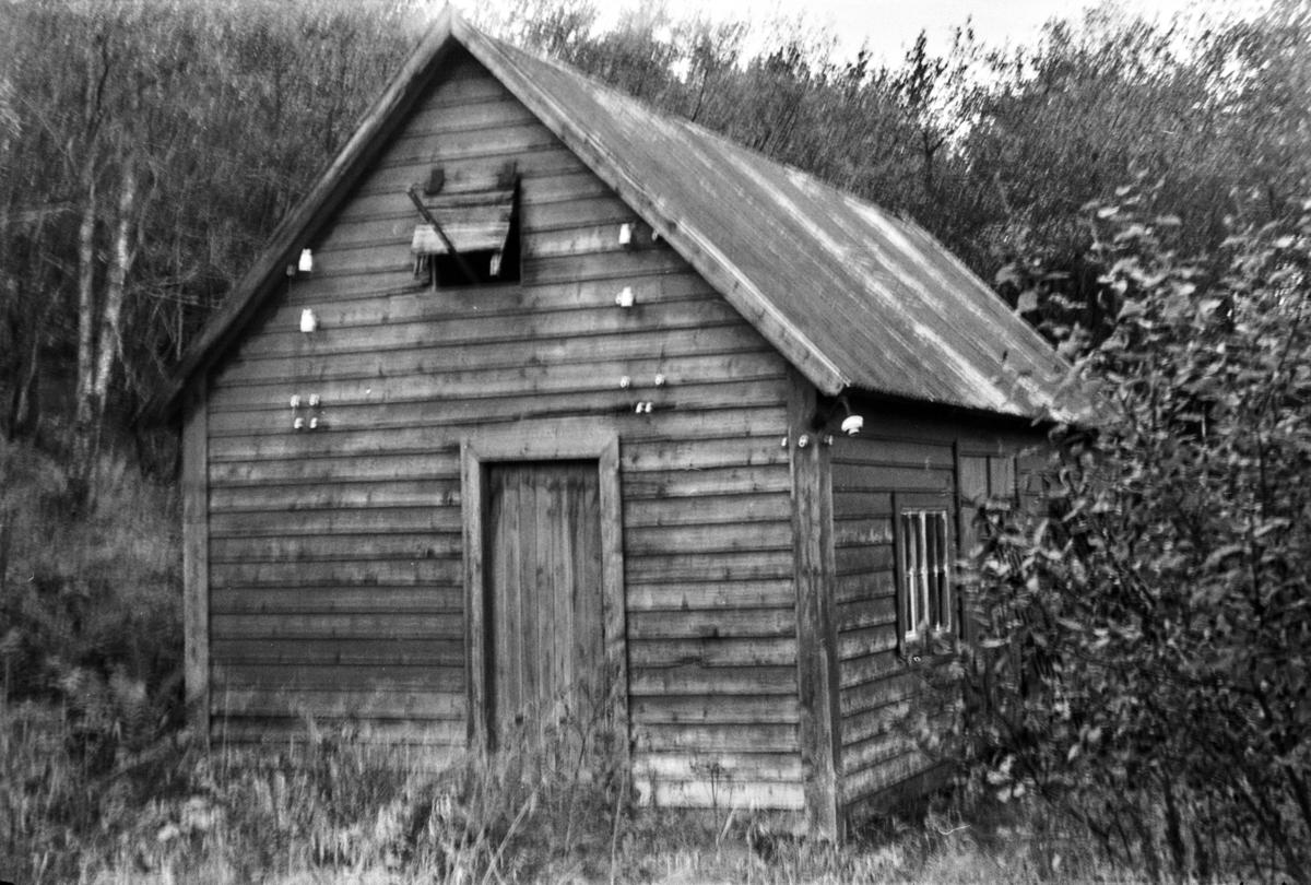 Langs nedlagde Nesttun-Osbanen. Bygning ved banetraseen mellom Sele og Kismul. Bygningen har ikkje har hatt noko med jernbanen å gjera.