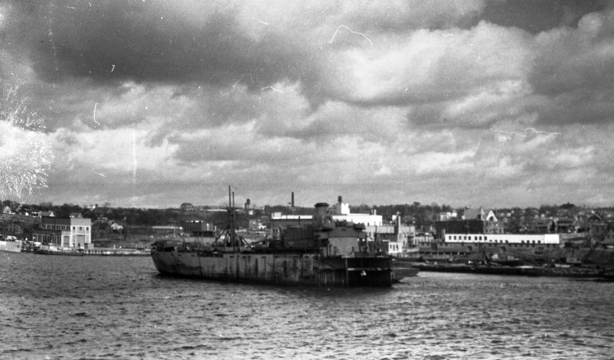 Vrak i havnen. Halifax i bakgrunnen. Suderøy på vei til fangstfeltet.