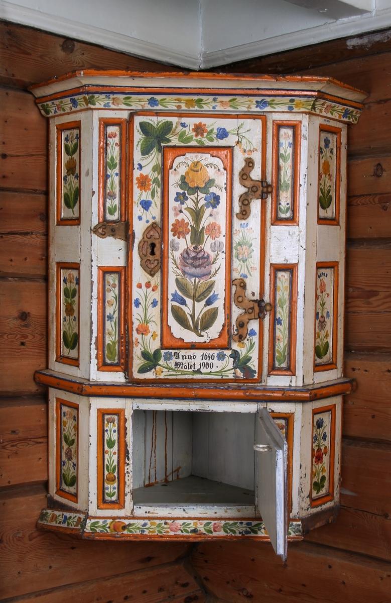 Rosemalt hjørneskap i renessansestil. Skapet har to rom et hovedskap som kan låses og et underskap. Hovedskapet har en hylle.